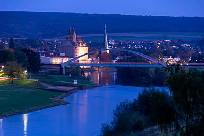 die Weser bei Holzminden mit der Weserbrücke und dem Speicher